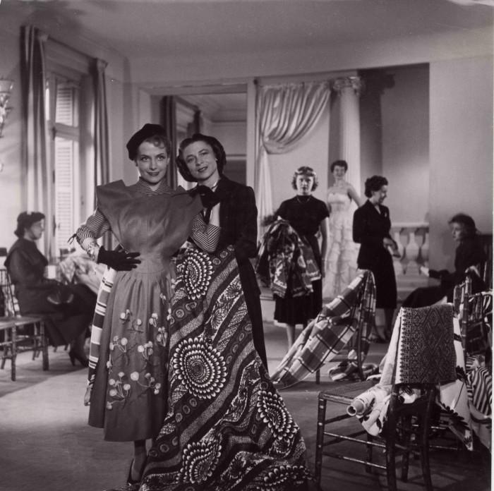 Carven drapant un tissu africain 1949